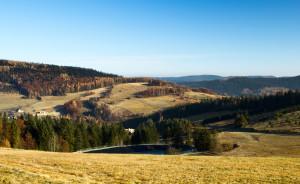 krajina s kopci a jezerem