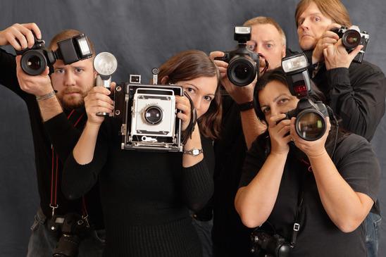 velká skupina fotografů